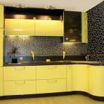 Сочетание желтой кухни с черным цветом. Фото 3