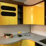 Сочетание желтого и черного цветов на кухне. Фото 15