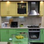 Верх кухни желтый, низ кухни зеленый. Фото 9