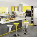Желтая кухня с барной стойкой. Фото 28