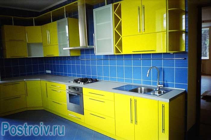 Кухня в желтом цвете. Сочетание с синим кухонным фартуком. Фото 1