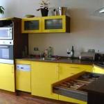 Интересный вариант кухни в желтом цвете. Фото 17