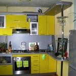Кухня в желтом и сером цвете с барной стойкой. Фото 5