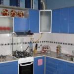 Голубая кухня 6 кв.м. с колонкой дизайн проект