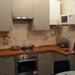 Дизайн серой кухни в хрущевке с газовой колонкой