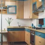 Маленькая угловая кухня с колонкой