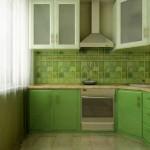 Угловая кухня с колонкой салатовая