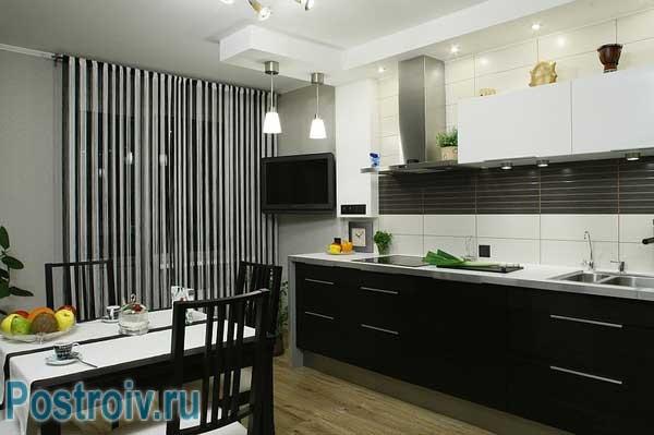 Красивы потолок на кухне черно-белой гаммы. Зонирование светом