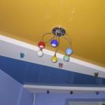 Асимметричный натяжной потолок в дизайне детской спальни красиво