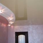 Дизайн комнаты с натяжным потолком с подсветкой точечной