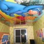 Натяжной потолок в маленькой комнате расширяет пространство