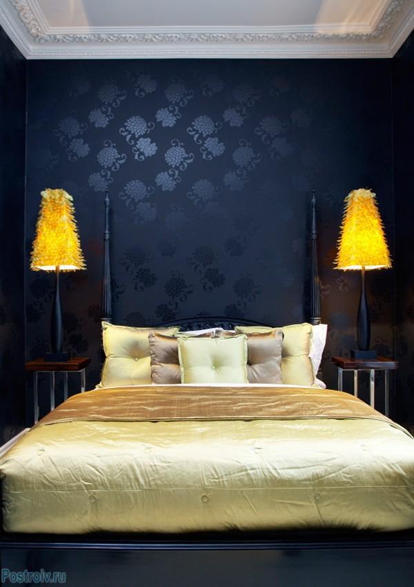 Темно-синие обои в спальне. Фото