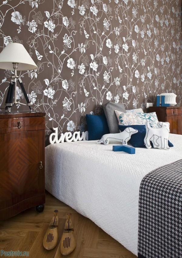Коричневые обои с цветами в спальне. Фото