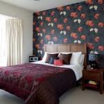 Красивый вариант оклейки обоев в спальне. Комбинация темных обоев и светлых стен