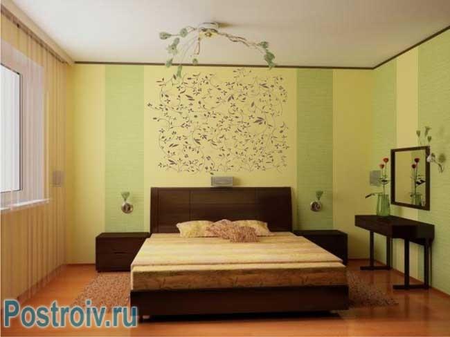 Оклеивание стен в спальне обоями. Светлые салатовые обои
