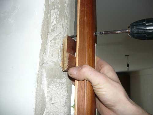 Укрепление дверной коробки деревянной двери