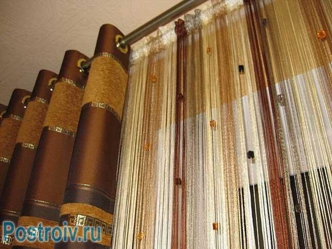 Модные нитяные шторы в спальне