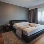 Серые плотные шторы в дизайне спальни