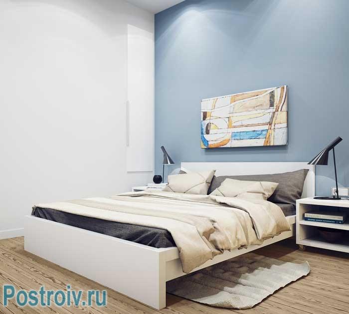 Отличный недорогой вариант ремонта спальни. Фото