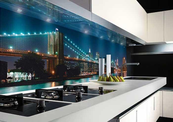 Скинали с рисунком ночного города на белой кухне. Фото 14