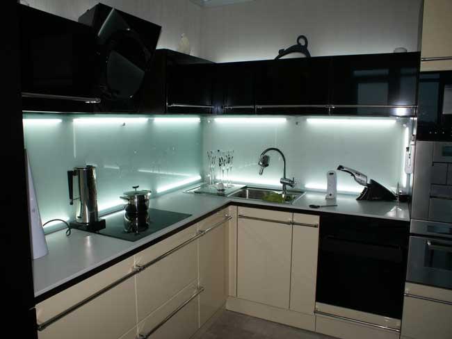 Линейная подсветка стеклянного фартука для кухни