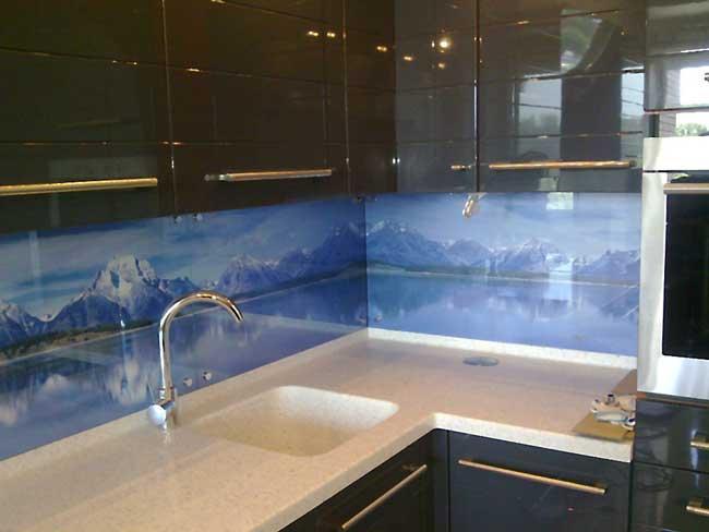 Печать на стеклянных панелях фартука для кухни