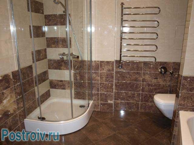 Ванная комната с душевой кабиной. Фото