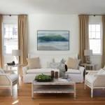 Белый цвет стен в интерьере гостиной с темными шторами