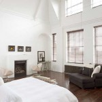 Большая спальня со стенами белого цвета. Хозяева в восторге