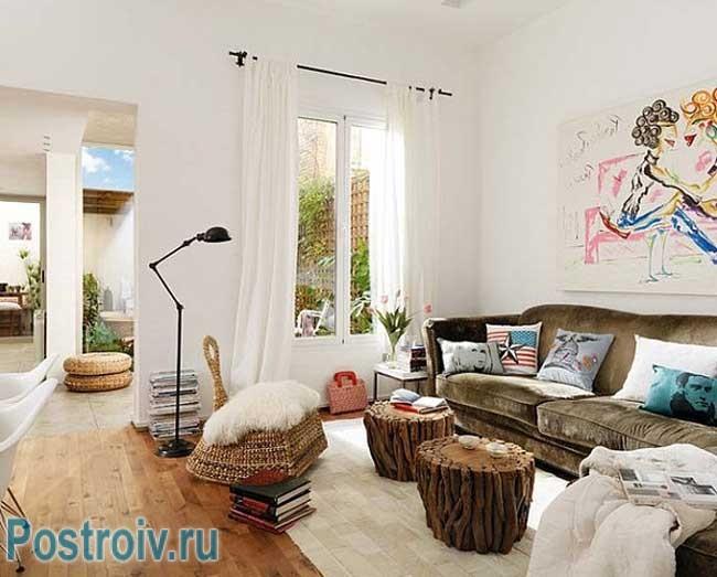 Белый цвет стен в гостиной в экостиле. столики из пеньков