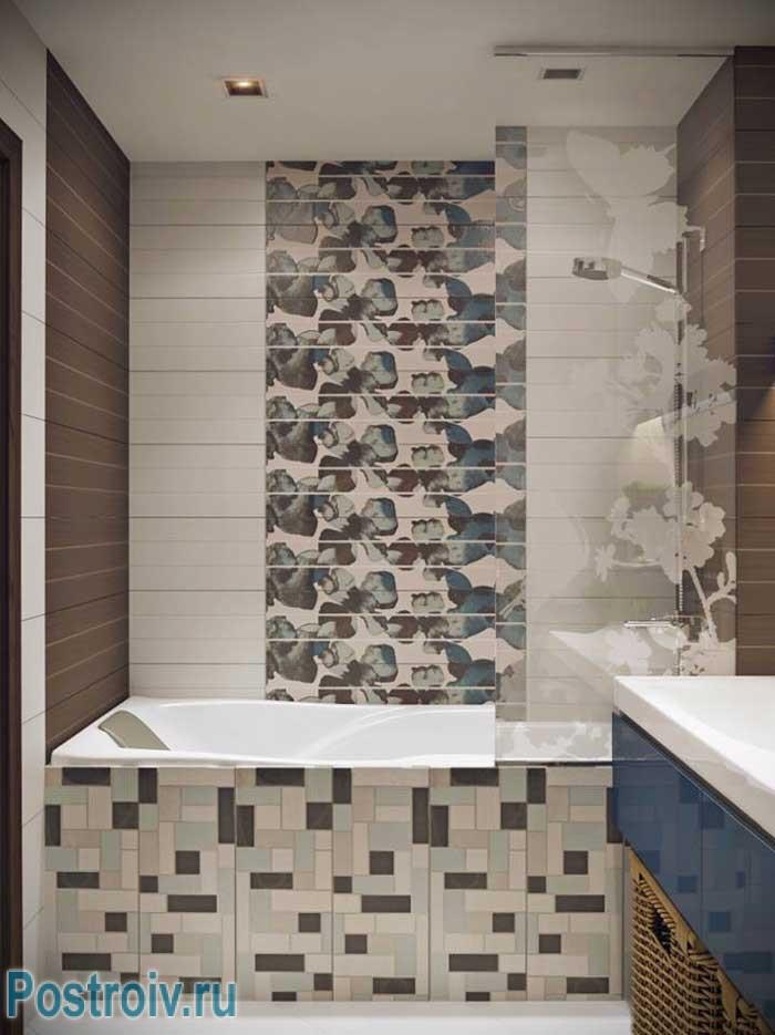 Маленькая ванна, с акцентной стеной, выполненная из мозаики