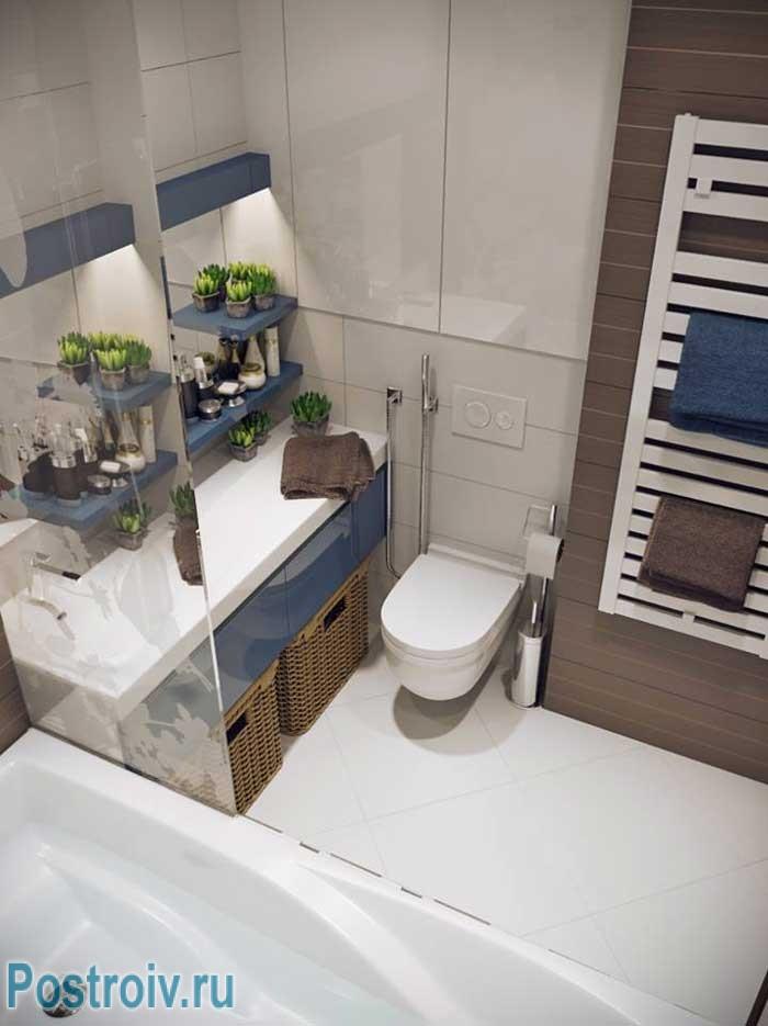 Маленький туалет совмещенный с ванной с подвесным унитазом: стены и пол отделаны плиткой