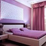 Фиолетовая стена в спальне. Фото