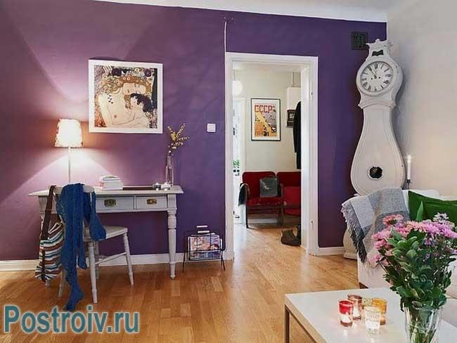 Акцентная стена фиолетового цвета в интерьере гостиной. Фото
