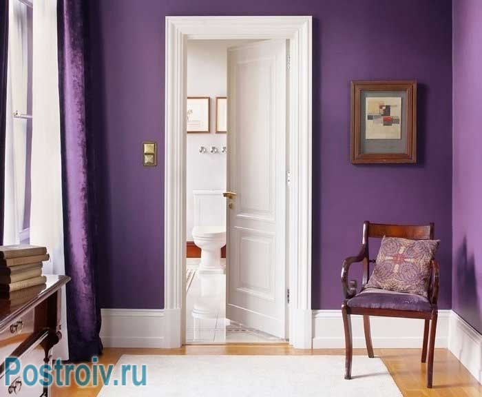 Фиолетовый цвет в интерьере гостиной. Фото