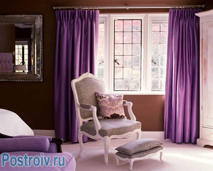 Фиолетовые шторы в гостиной. Фото