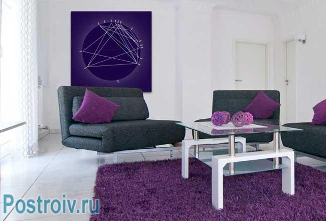 Фиолетовые подушки и ковер в интерьере. Фото