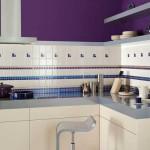 Фиолетовая стена на кухне с белым гарнитуром