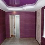 Фиолетовые обои в комнате. Фото