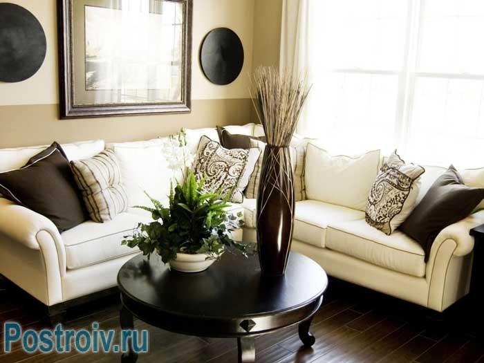 Как расставить мебель в зале с использованием углового дивана