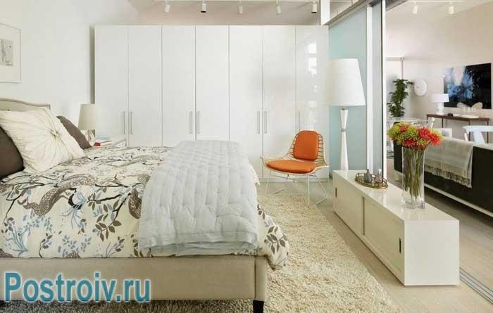 Дизайн светлой спальни с правильно расставленной мебелью