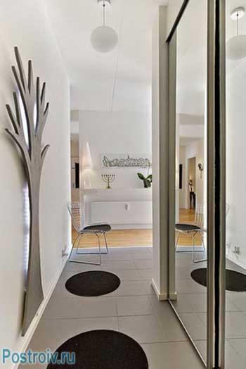 Белый потолок в коридоре. Фото