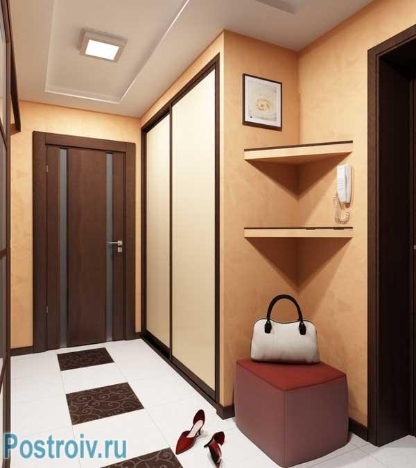 Светлая маленькая прихожая в однокомнатной квартире