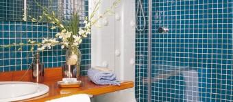 Интерьер ванной с душевой кабиной. Фото