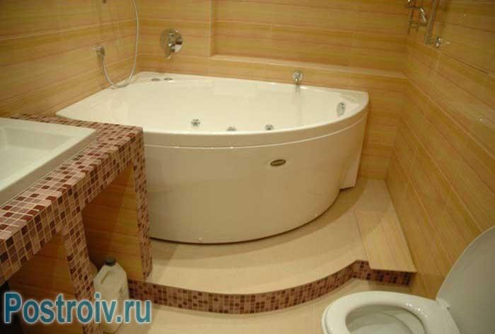 Угловая ванна с подиумом. Фото