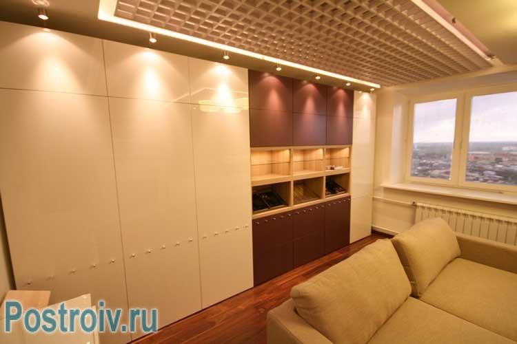 Зона хранения (встроенный шкаф) во всю стену в гостиной