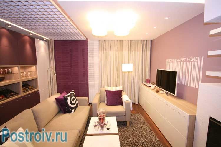 Люстра в центре потолка в гостиной
