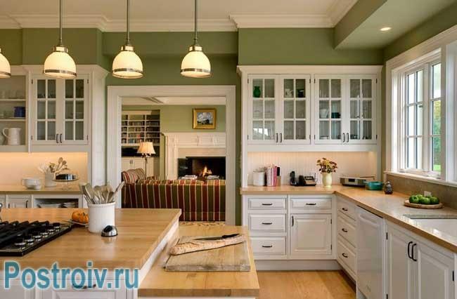 Зелено-белая кухня. Фото