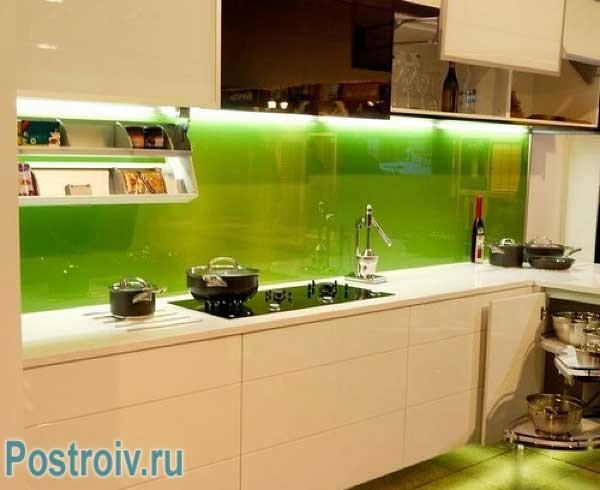 Красивый зеленый кухонный фартук с подсветкой
