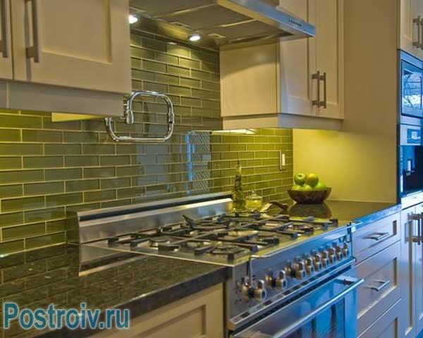 Кухонный фартук зеленого цвета. Фото